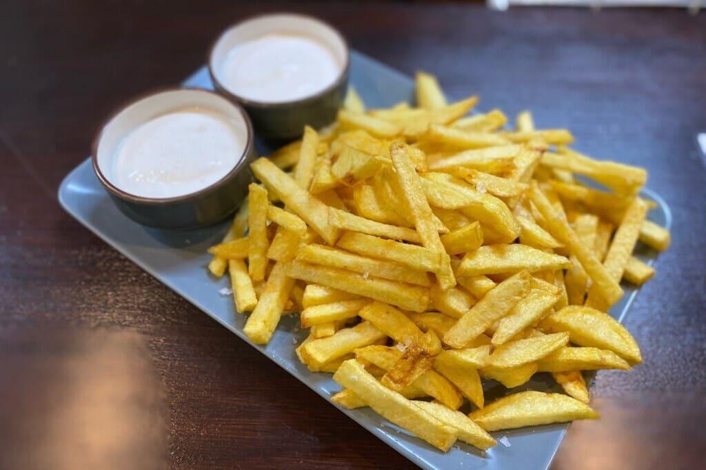patatas fritas con salsas